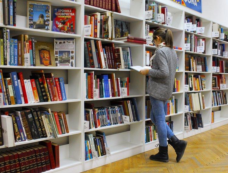 Devenir bibliothécaire : fiche métier sur les débouchés, les salaires, les études